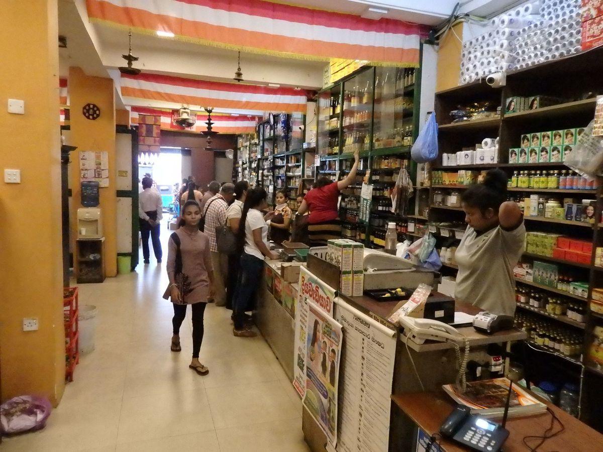 スリランカキャンディで人気のローカル薬局・ボーワッテ アーユルヴェーダ Bowatte Ayurveda 店内の様子