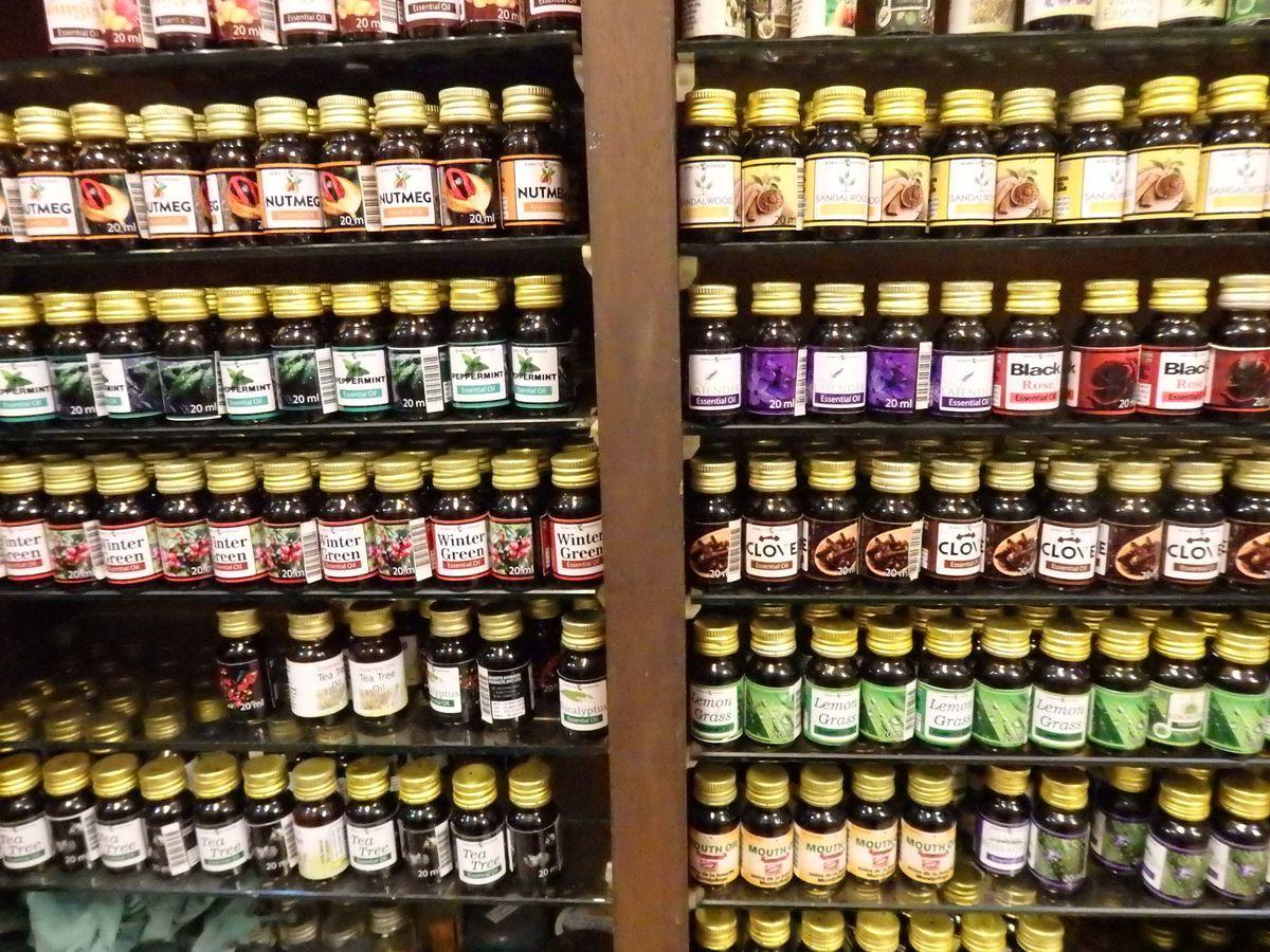 スリランカキャンディで人気のローカル薬局・ボーワッテ アーユルヴェーダ Bowatte Ayurveda 店内の様子 エッセンシャルオイル(精油、アロマオイル)