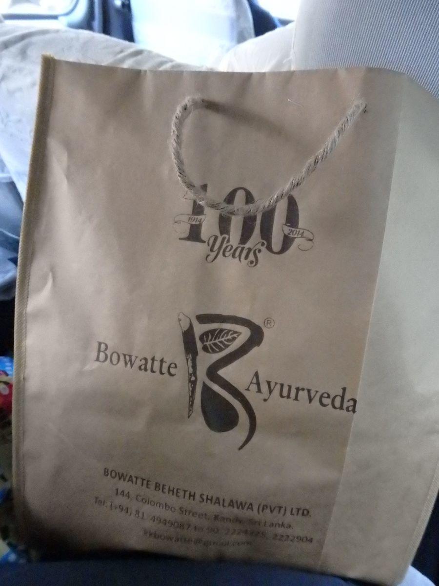 スリランカキャンディで人気のローカル薬局・ボーワッテ アーユルヴェーダ Bowatte Ayurveda ショッピングバッグ