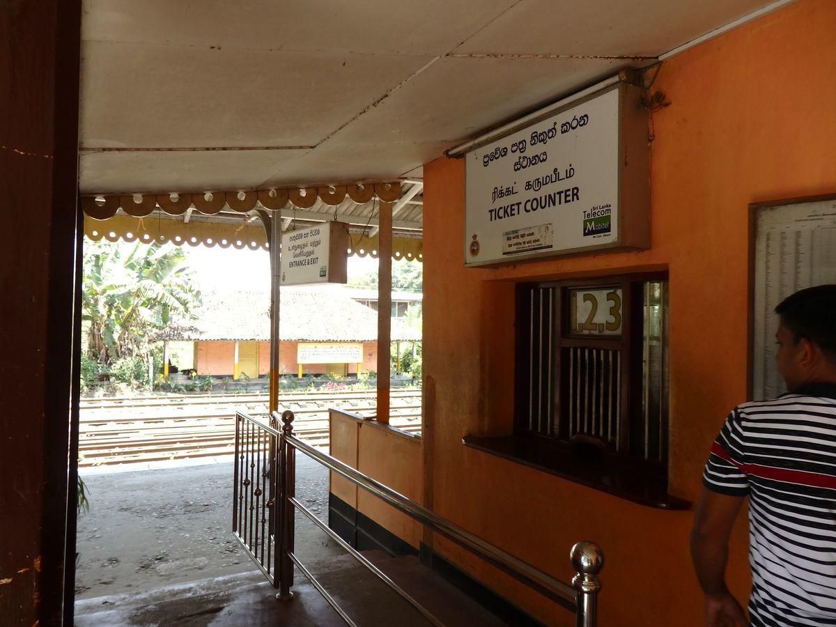 スリランカ キャンディとヌワラ・エリヤを結ぶ高原列車/紅茶列車 Peradeniya Junction(ペーラーデニヤ・ジャンクション)駅のチケットカウンター