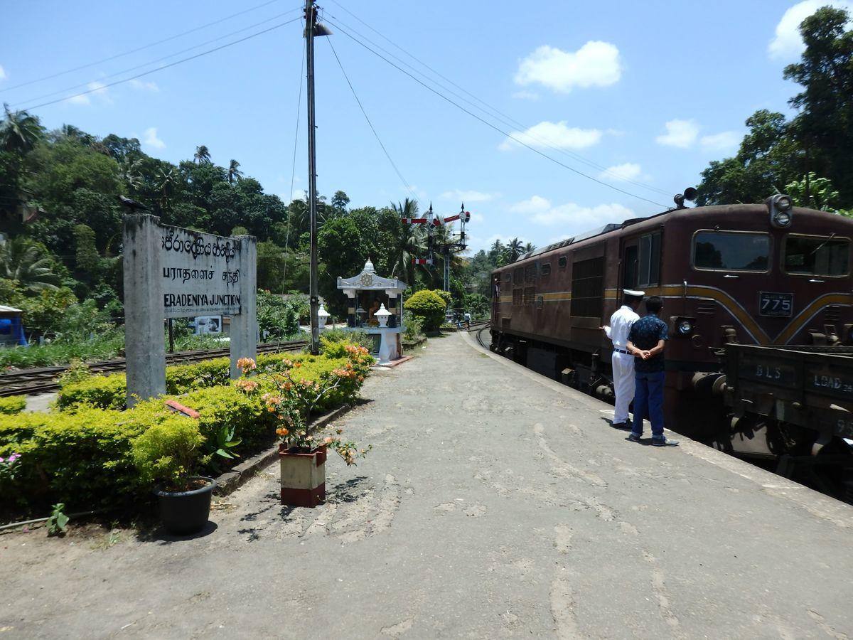 スリランカ キャンディの中心部から南西に数キロ Peradeniya Junction(ペーラーデニヤ・ジャンクション)駅ホーム レトロな列車と駅員さんの真っ白な制服