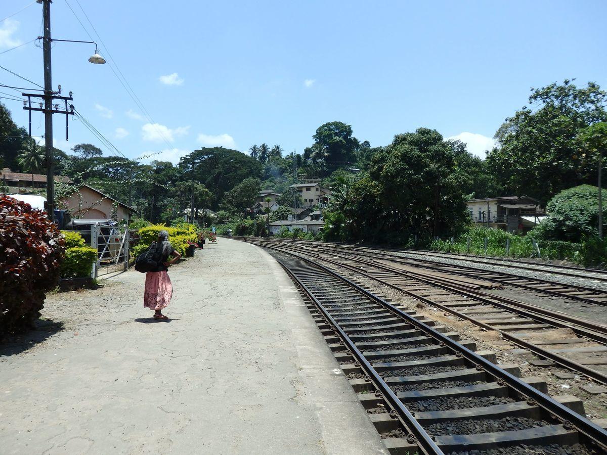 スリランカ キャンディの中心部から南西に数キロ Peradeniya Junction(ペーラーデニヤ・ジャンクション)駅ホーム