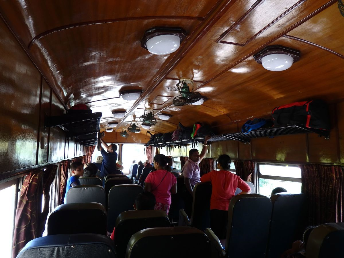 スリランカ キャンディとヌワラ・エリヤを結ぶ高原列車/紅茶列車 2等車の車内の様子 2×2の座席配置
