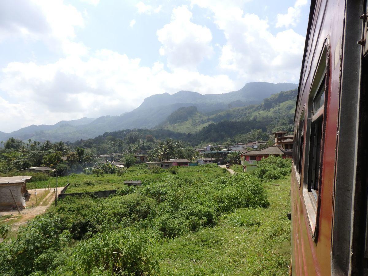 スリランカ キャンディとヌワラ・エリヤを結ぶ高原列車/紅茶列車