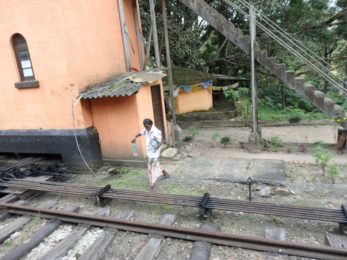 スリランカ キャンディとヌワラ・エリヤを結ぶ高原列車/紅茶列車 galboda(ガルボダ)駅 乗客のペットボトルに水を注いであげる売り子の男性