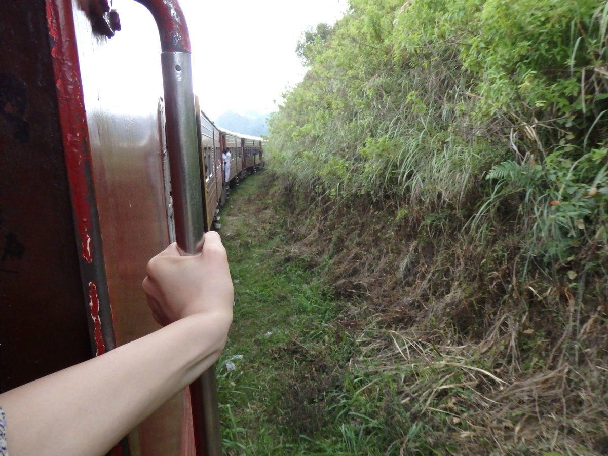 スリランカ キャンディとヌワラ・エリヤを結ぶ高原列車/紅茶列車 列車の外につかまって乗っている人も。