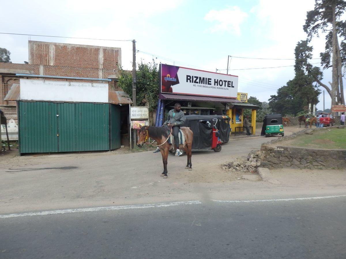 スリランカ ヌワラ・エリヤの街の様子 ジャケットを着込み馬に乗る男性