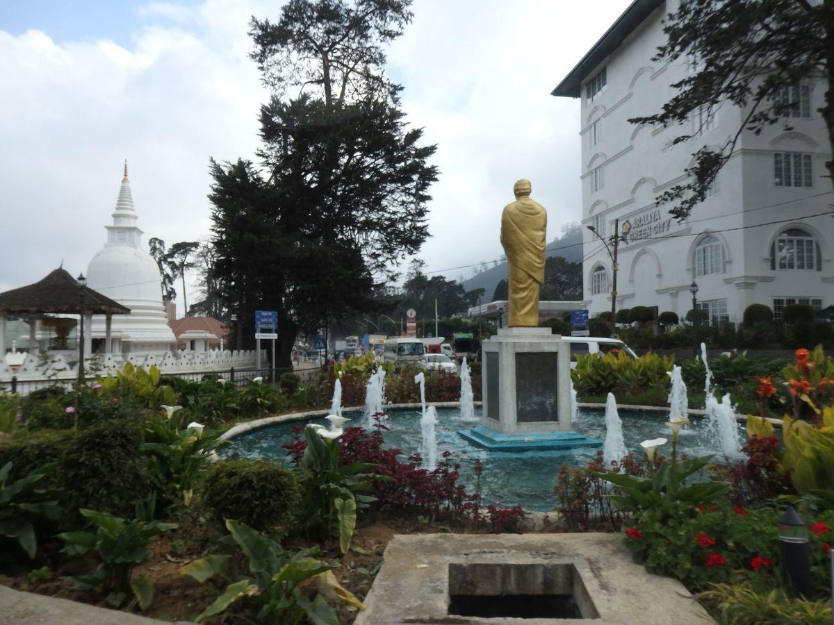 スリランカ ヌワラ・エリヤの街の様子 黄金の像
