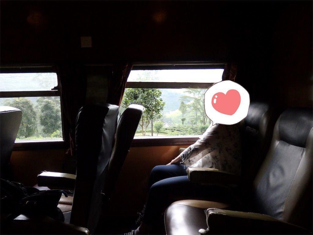 スリランカ キャンディとヌワラ・エリヤを結ぶ高原列車/紅茶列車 2等車の車内の様子 革張りのシート シートピッチ(座席前後の間隔)も広め