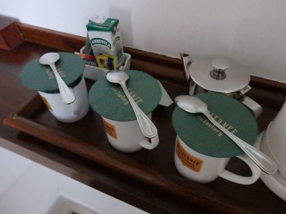 紅茶工場をリノベーションしたホテル,ヘリタンス ティー ファクトリー(Heritance Tea Factory),ティーカップとミルクティー用のパックの牛乳