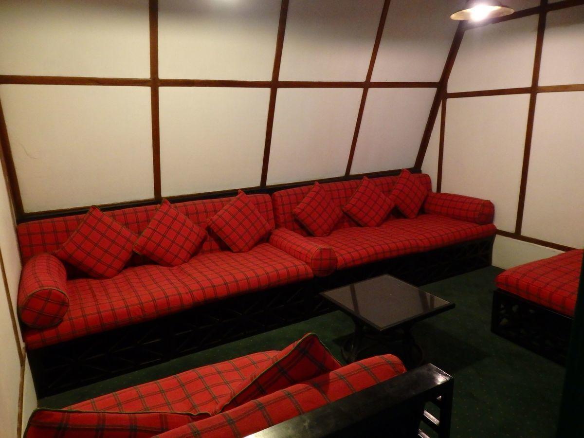 紅茶工場をリノベーションしたホテル,ヘリタンス ティー ファクトリー(Heritance Tea Factory)館内、チェック柄の真っ赤なソファ