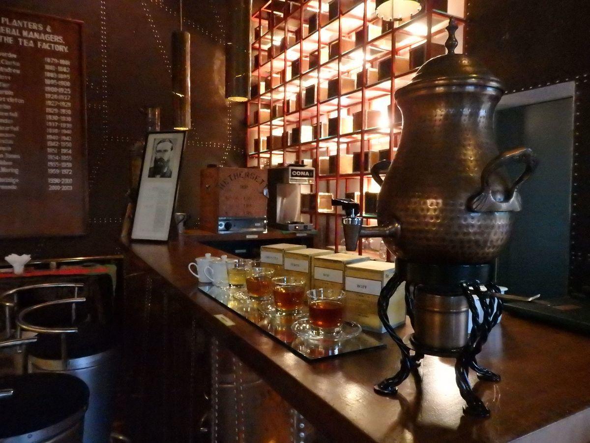 紅茶工場をリノベーションしたホテル,ヘリタンス ティー ファクトリー(Heritance Tea Factory)、ティーバー「GOATFELL BAR」