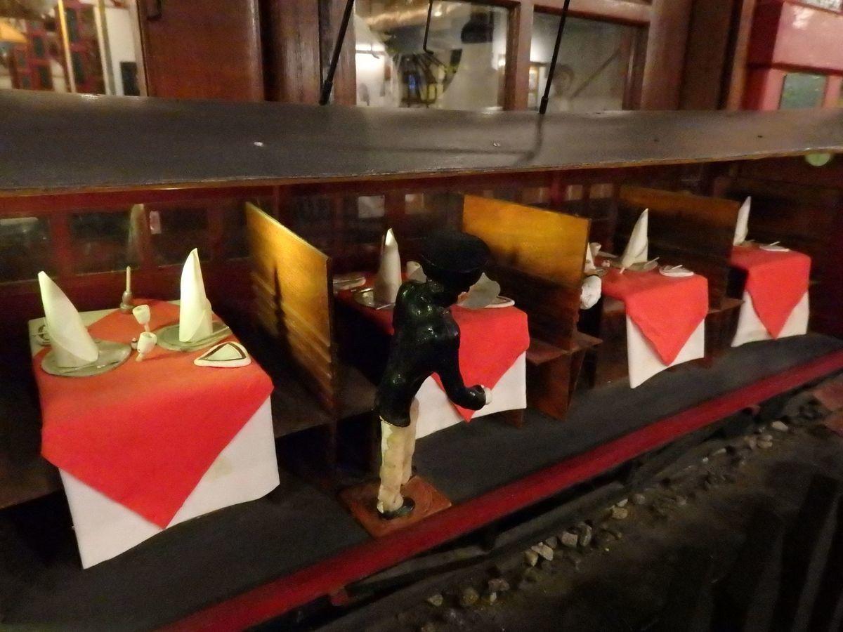 紅茶工場をリノベーションしたホテル,ヘリタンス ティー ファクトリー(Heritance Tea Factory)、ヌワラ・エリヤの紅茶畑の中を走る高原列車を模したダイニングレストラン「Dining on Wheels(TCK6855)」ミニチュア模型
