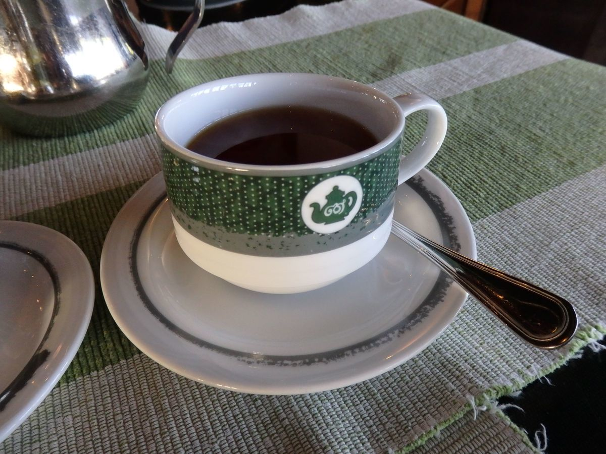 紅茶工場をリノベーションしたホテル,ヘリタンス ティー ファクトリー(Heritance Tea Factory)、メインレストラン「Kenmare Restaurant」朝食の濃い紅茶