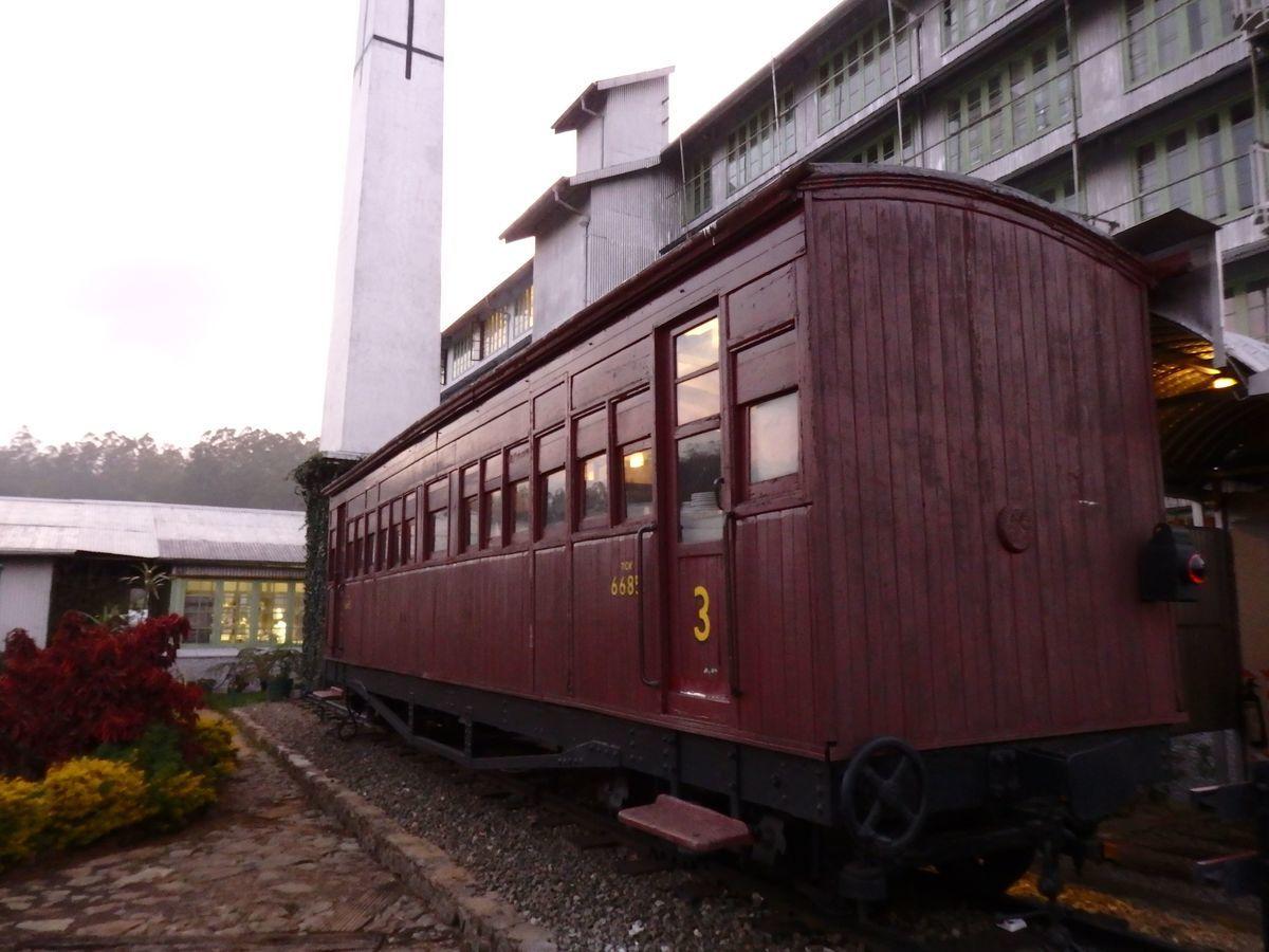 紅茶工場をリノベーションしたホテル,ヘリタンス ティー ファクトリー(Heritance Tea Factory)、ヌワラ・エリヤの紅茶畑の中を走る高原列車を模したダイニングレストラン「Dining on Wheels(TCK6855)」
