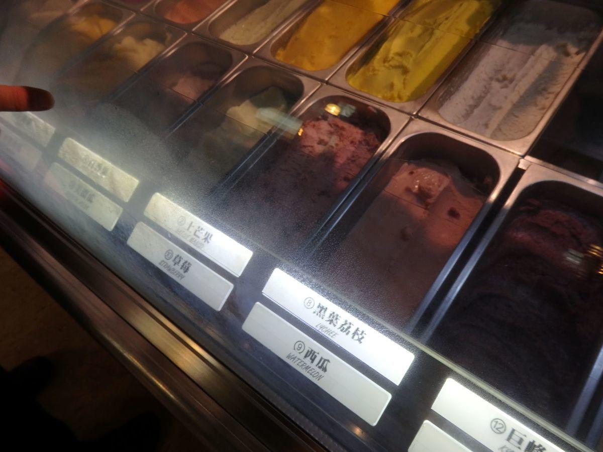 宮原眼科の2号店「第四信用合作社」ずらーっと並ぶアイスを味見