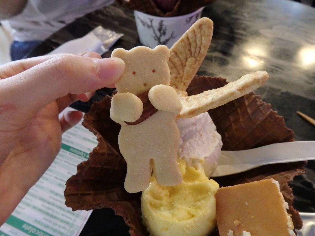 宮原眼科の2号店「第四信用合作社」トッピングの熊の形をしたアーモンドクッキー