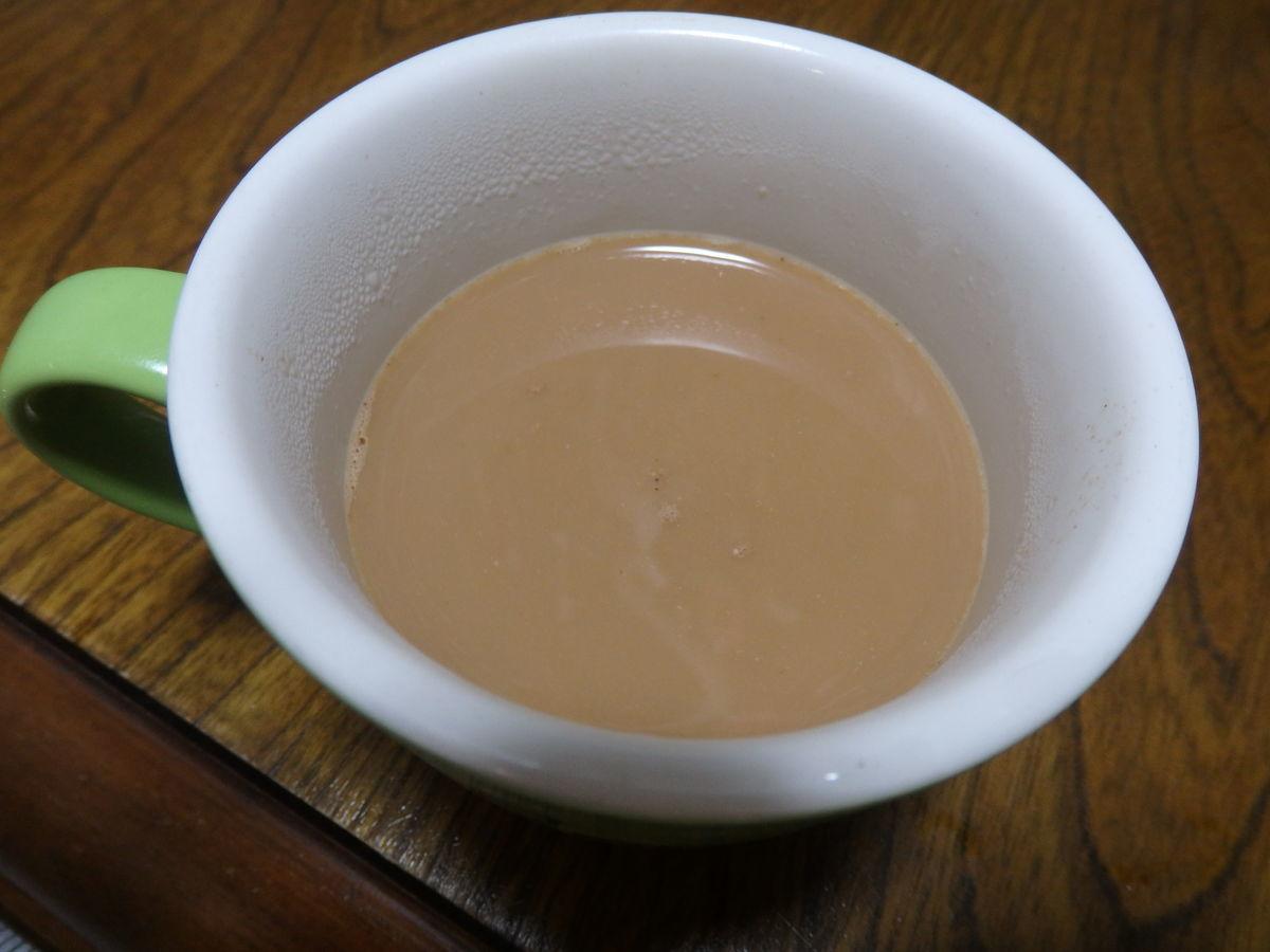デリーのインド紅茶専門店「Top QualiTea」のスティックタイプのマサラチャイ(Masala Chai Instant Tea Premix (10 Sachets))100mlのお湯を注ぐ
