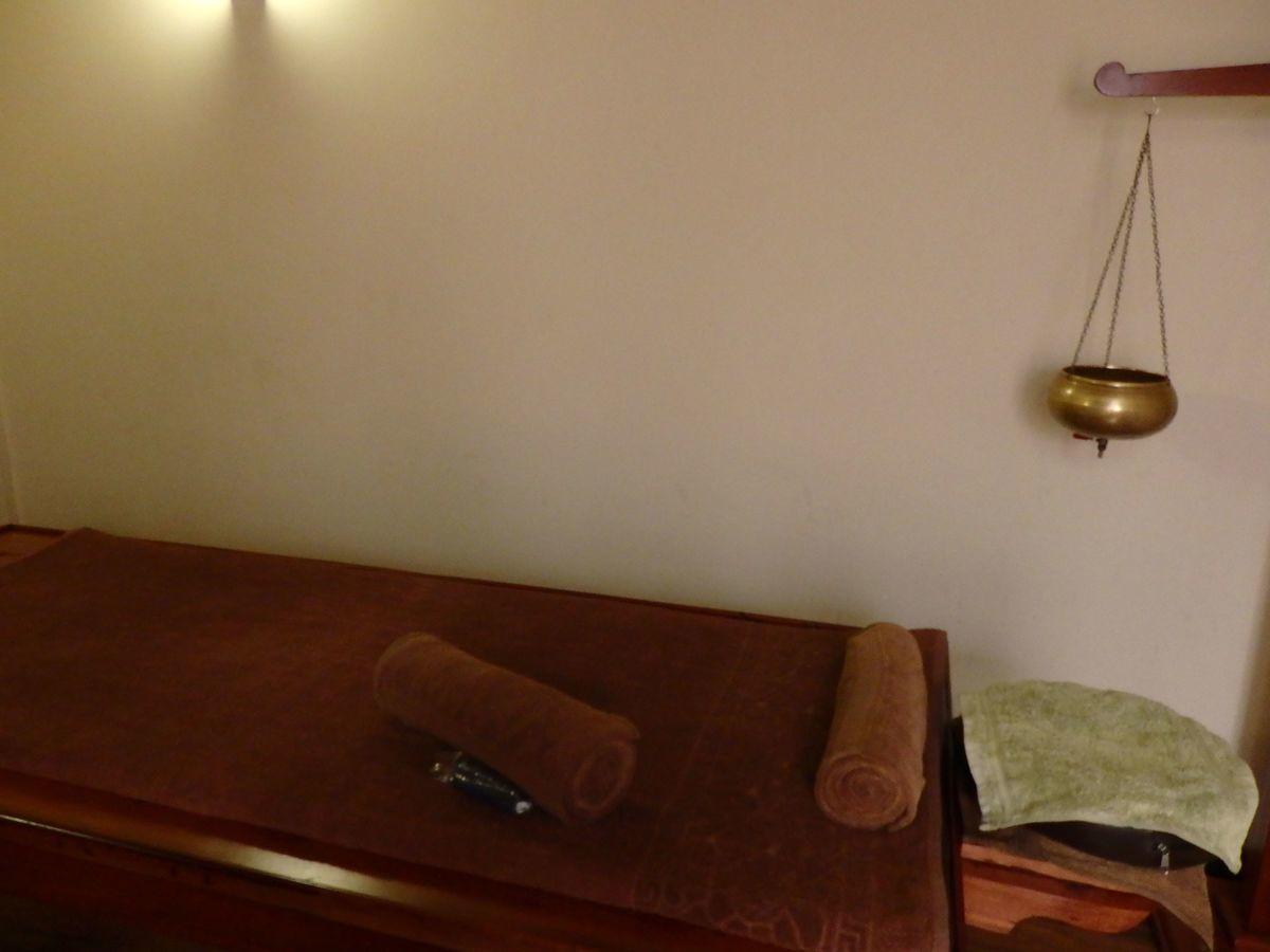 スリランカ・コロンボにある日本人経営の本格アーユルヴェーダ施設「エクセレンディブ アーユルヴェーダ キュア & セラピー(ExSerendib Ayurveda Cure & Therapy)」施術室。シロダーラとボディトリートメントを行うベッド