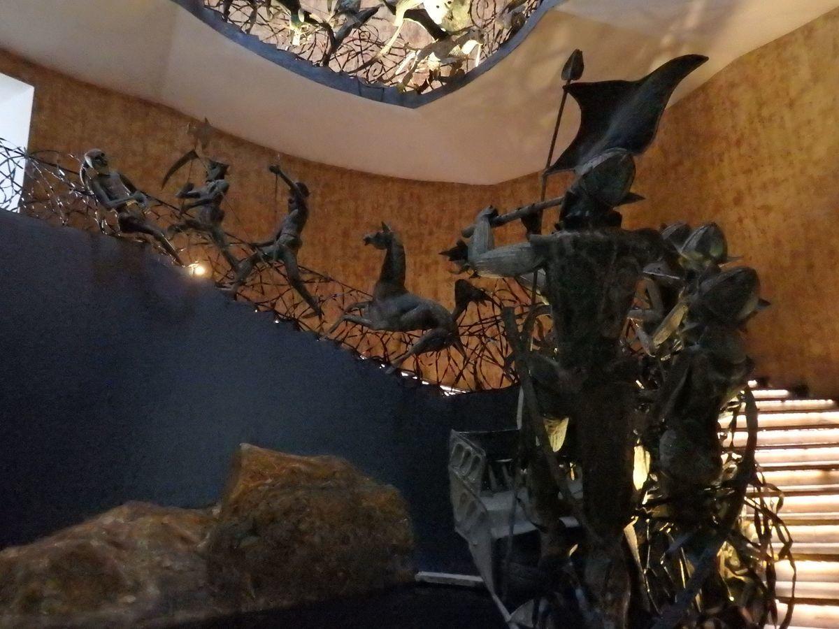 ジェフリーバワが設計したリゾートホテル・ジェットウィングライトハウス(Jetwing Lighthouse)シンハラ軍(スリランカ軍)とポルトガル軍との戦いをモチーフとしたラキ・セナナヤケの彫刻作品、入口螺旋階段の兵士達のオブジェ