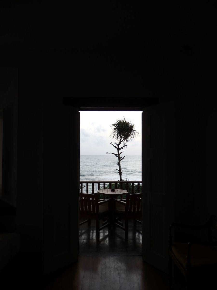 ジェフリーバワが設計したリゾートホテル・ジェットウィングライトハウス(Jetwing Lighthouse)客室窓から眺めるインド洋