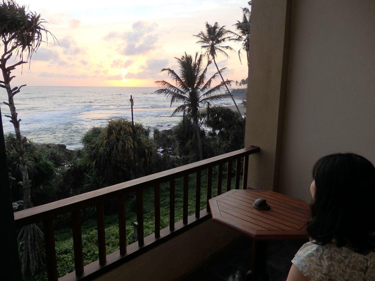 ジェフリーバワが設計したリゾートホテル・ジェットウィングライトハウス(Jetwing Lighthouse)客室窓から眺めるインド洋に沈む夕日