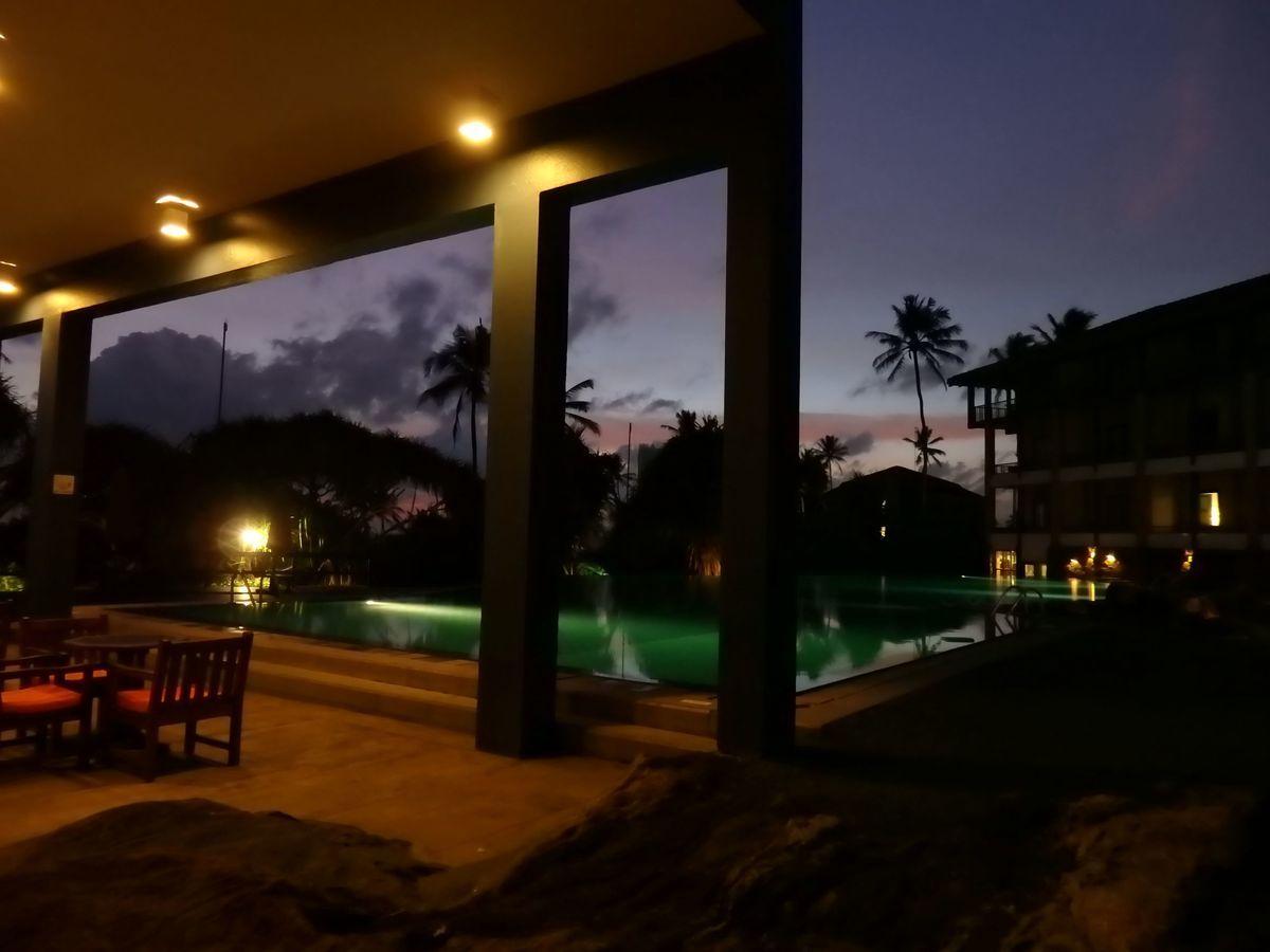 ジェフリーバワが設計したリゾートホテル・ジェットウィングライトハウス(Jetwing Lighthouse)夜のプール