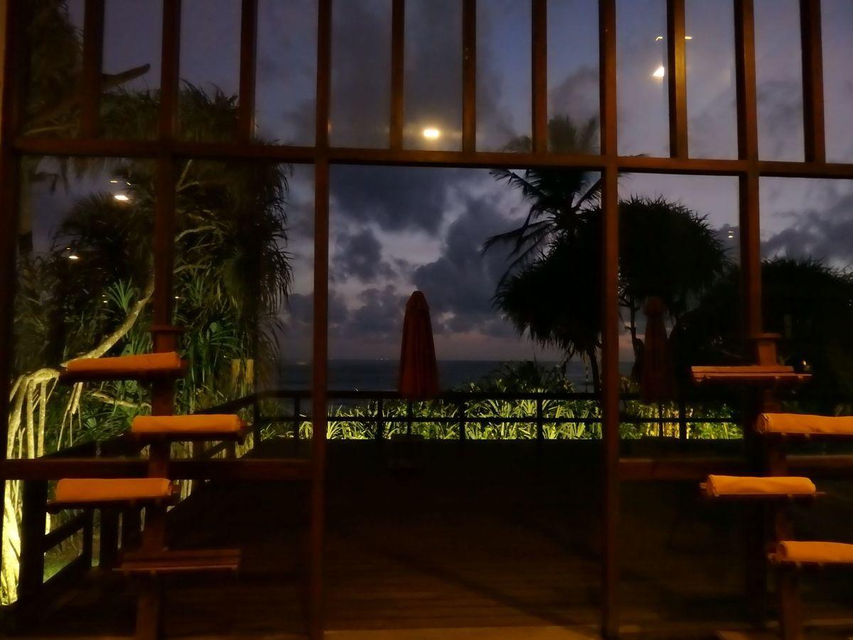 ジェフリーバワが設計したリゾートホテル・ジェットウィングライトハウス(Jetwing Lighthouse)夜のプールサイド