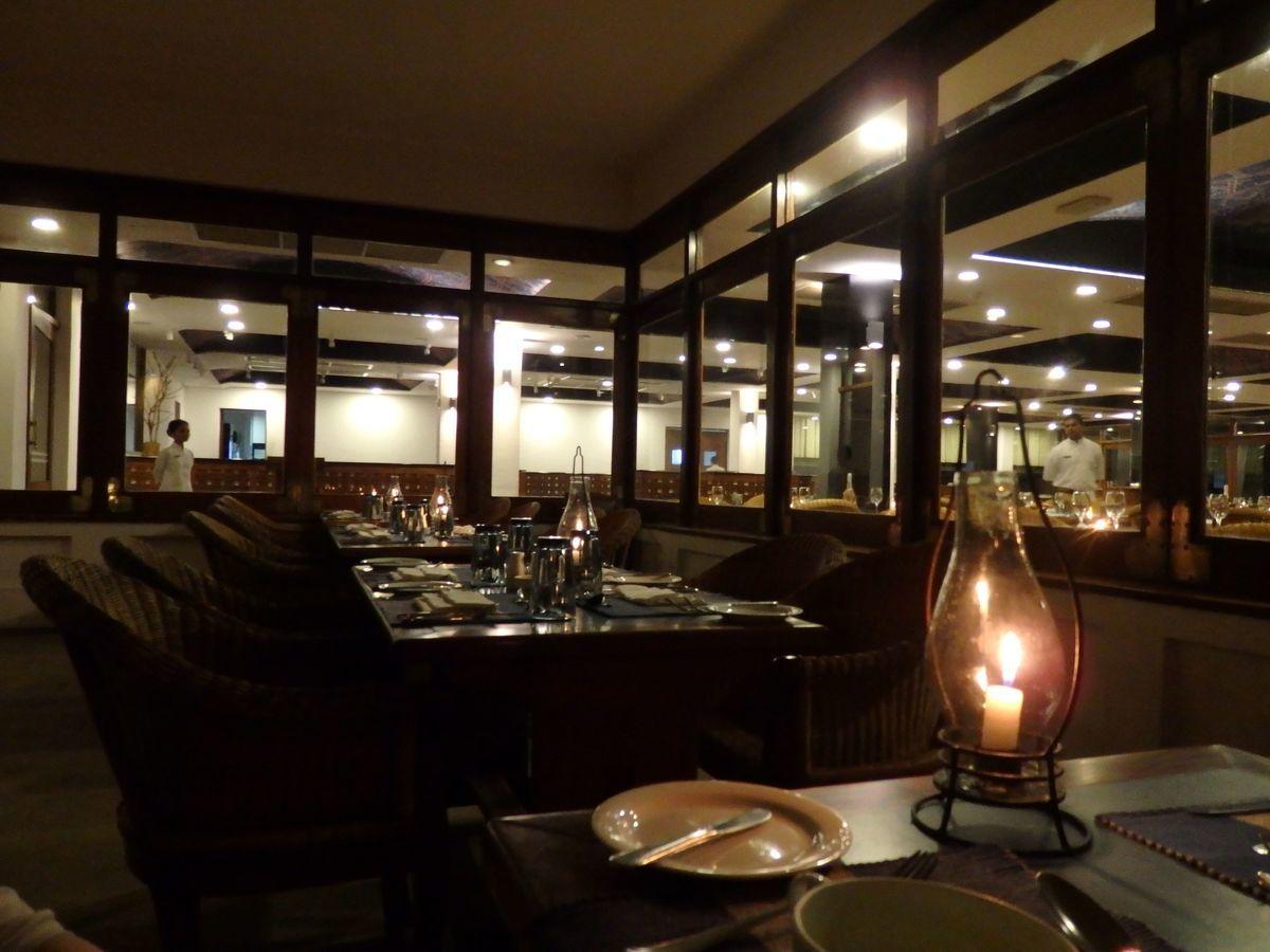 ジェフリーバワが設計したリゾートホテル・ジェットウィングライトハウス(Jetwing Lighthouse)レストラン「カルダモンカフェCardamom Café」ディナー・テラス席