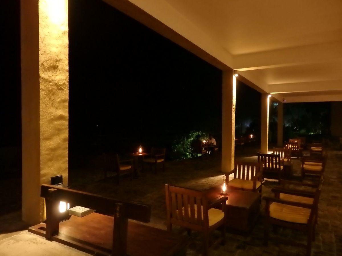 ジェフリーバワが設計したリゾートホテル・ジェットウィングライトハウス(Jetwing Lighthouse)夜のロビー