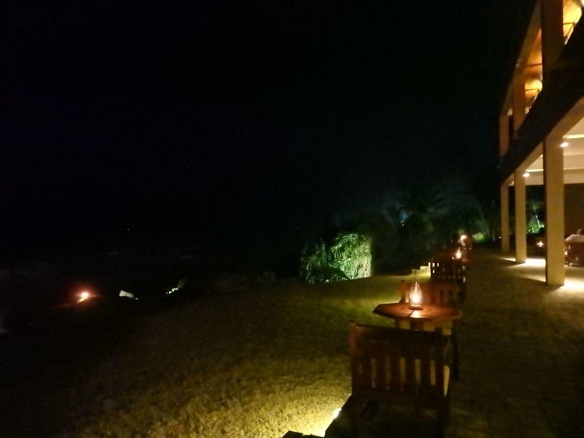 ジェフリーバワが設計したリゾートホテル・ジェットウィングライトハウス(Jetwing Lighthouse)夜浜辺そばのテーブル席