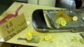 セミで使われたボブワイヤーボード、椅子、レモン、ワサビ、塩、マス