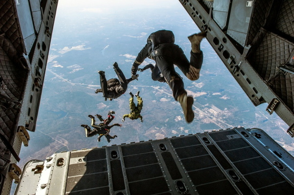 parachute-1242426_1280.jpg