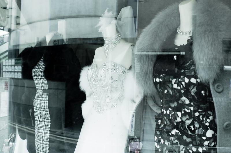 ショーウィンドウのドレス