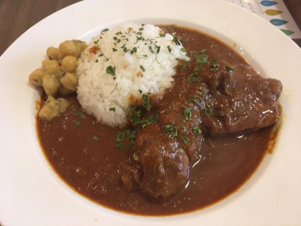 骨付きモモ肉のスパイシーチキンカレー〜クミン風味のひよこ豆添え