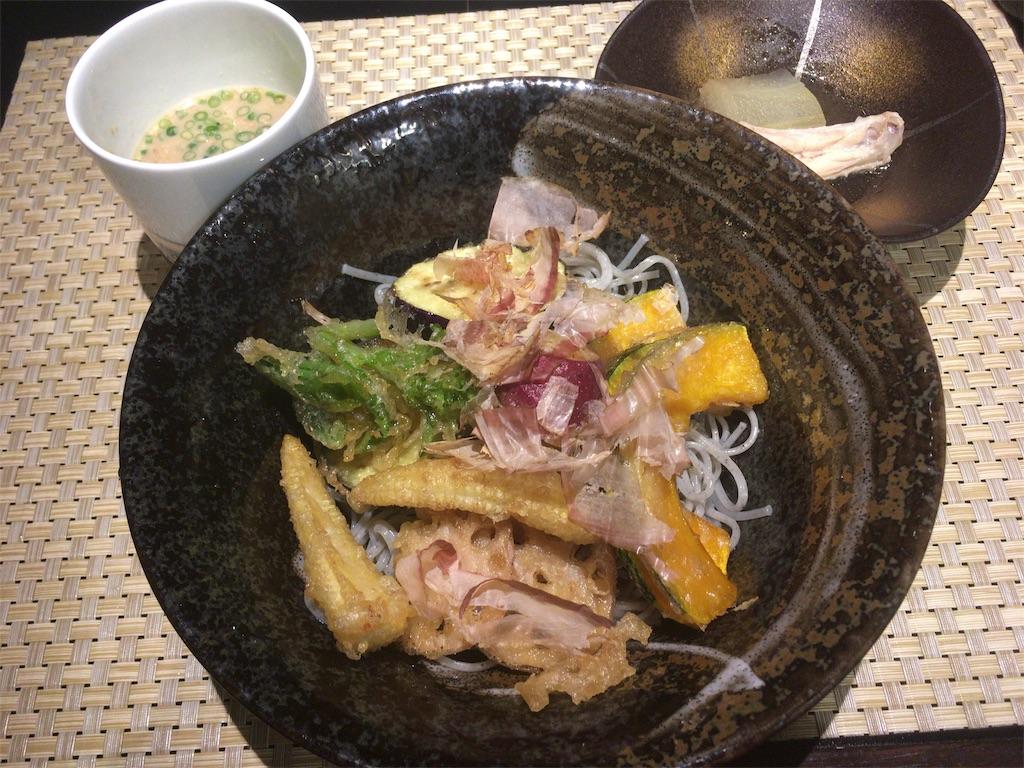 膾炙の冷やし黒胡麻麺と野菜天ぷら