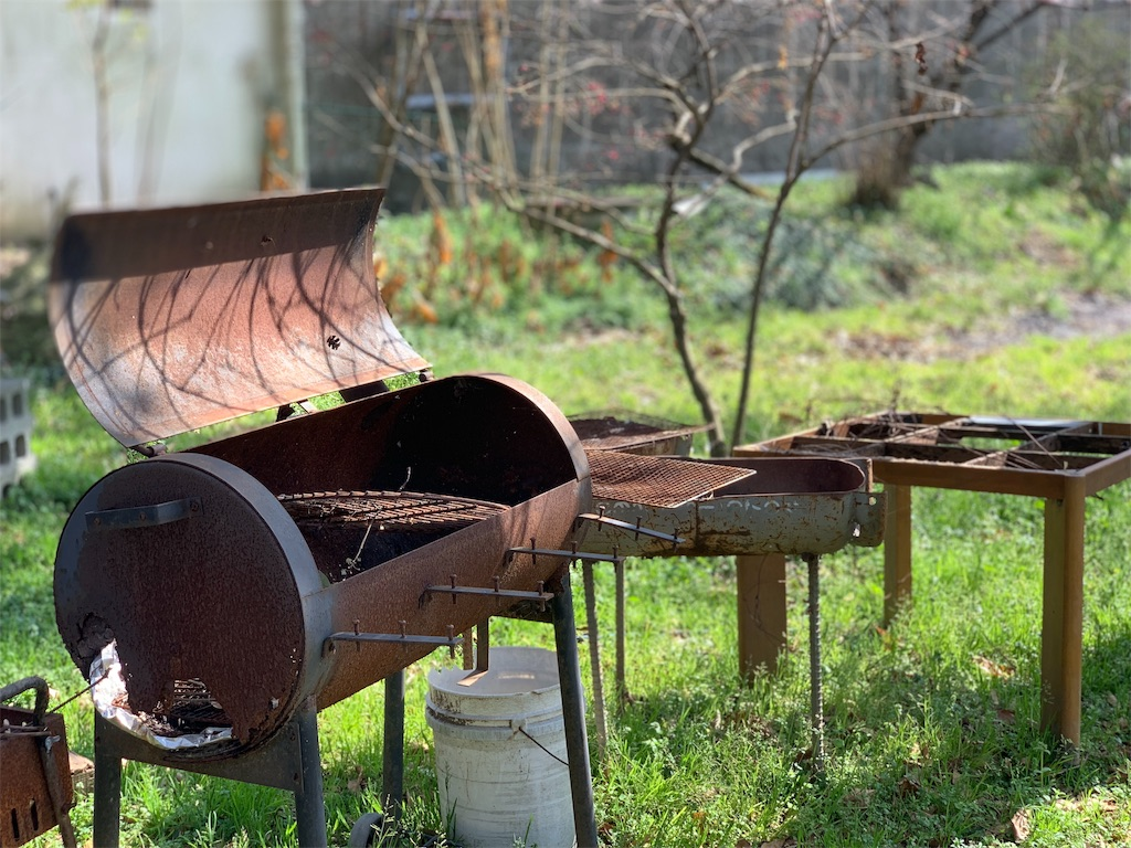 リバーワイルドの店外の庭にある廃れたBBQセット