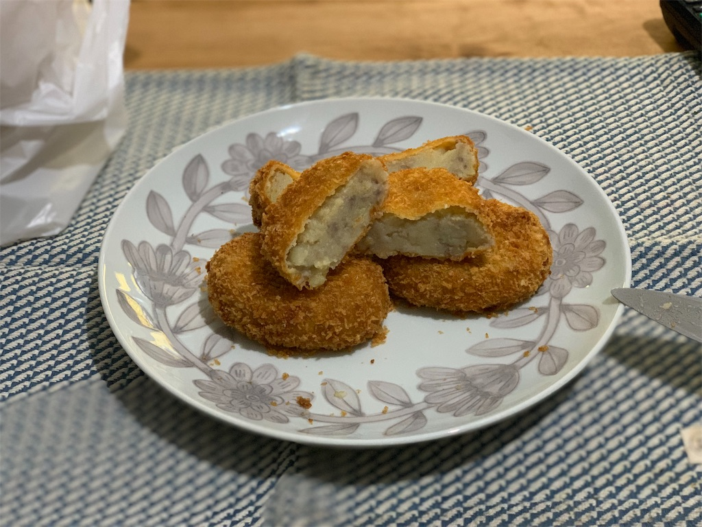 肉の伊藤の揚げたてのコロッケ