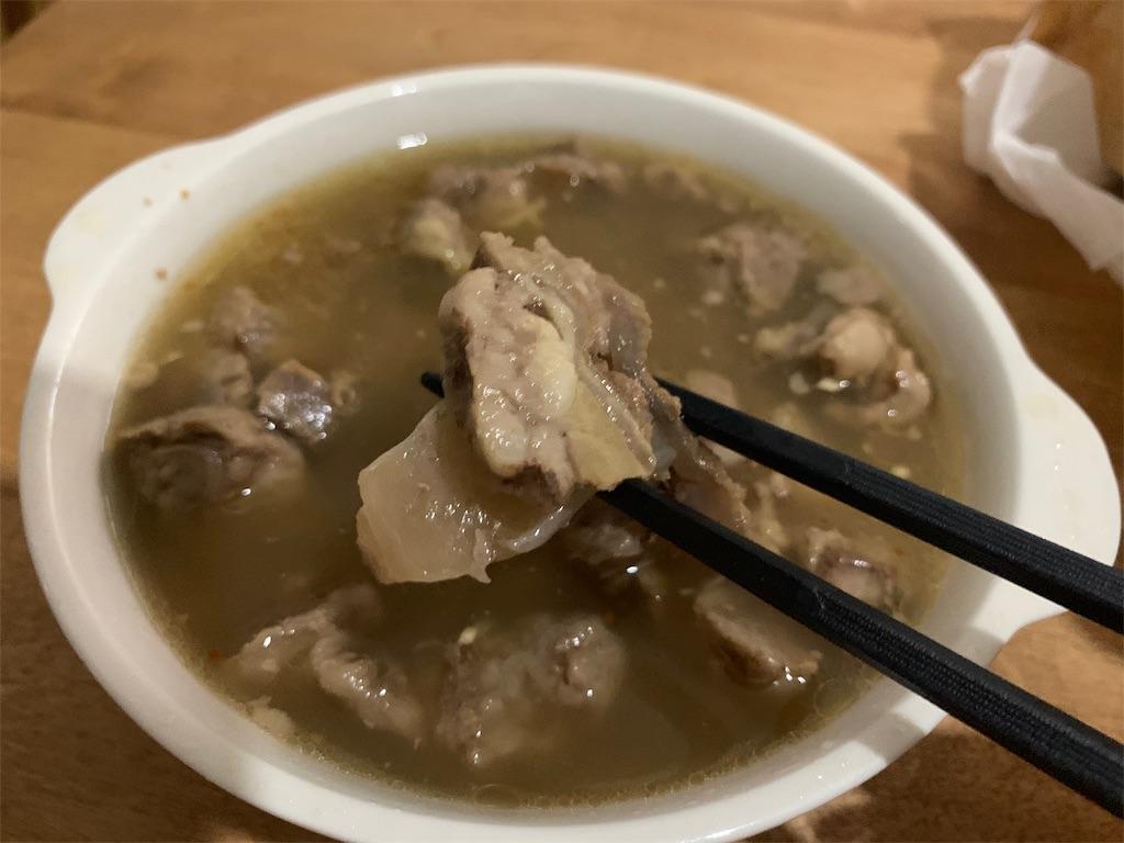 肉の伊藤の牛すじ煮込みを皿に出した写真