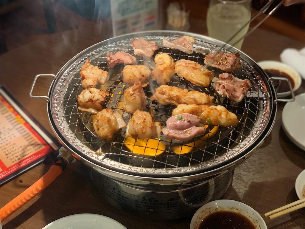 ホルモン家しろ壱の肉を焼いている写真