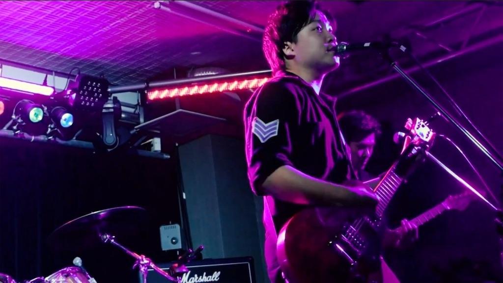 バンドでライブをやっている写真
