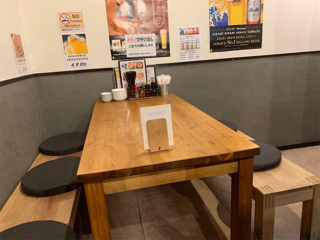 新世界餃子のテーブル席
