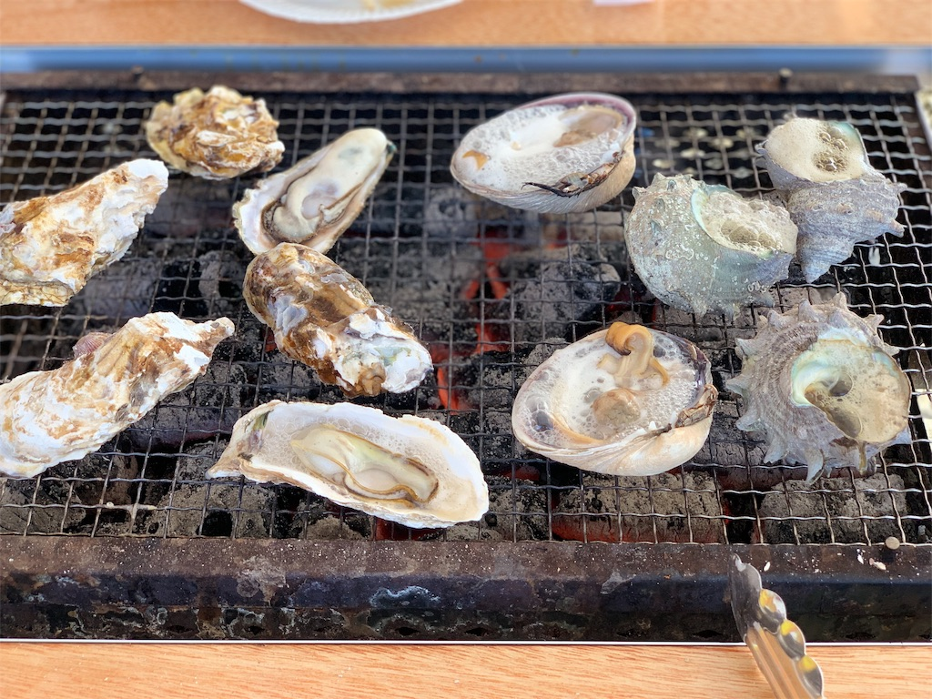 かき焼き処貝鮮丸の焼いている写真