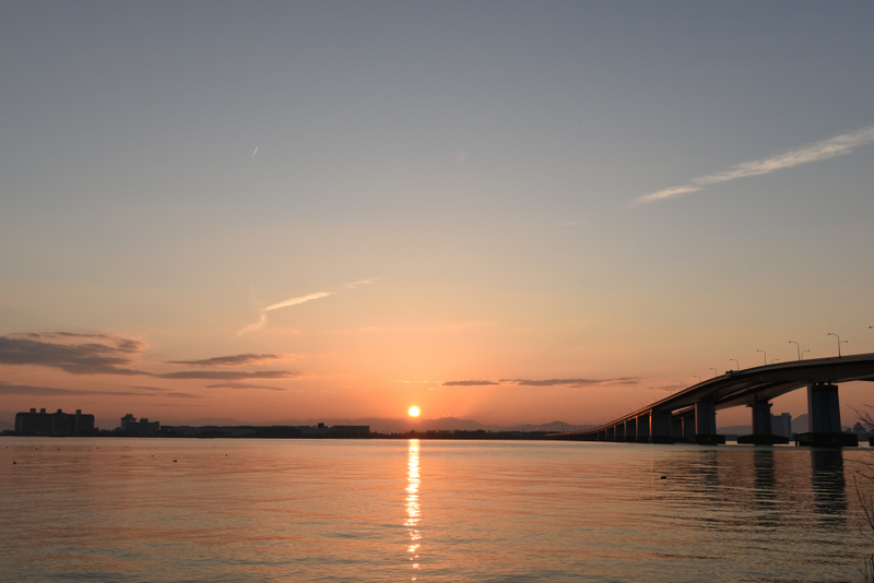 陽が昇る(びわ湖)
