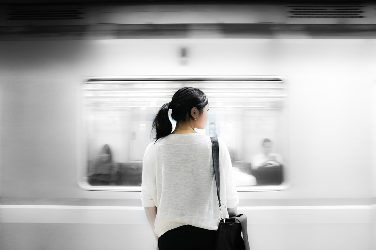 電車の前に女性が立っている