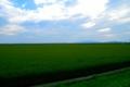 秋田県潟上市から八郎潟方面を望む。遠景に男鹿三山