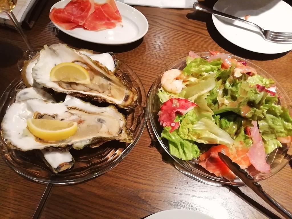 生牡蠣 380円/個  海鮮風のサラダ?円