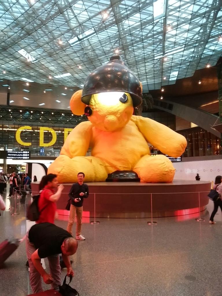ハマド国際空港トレードバークの巨大テディ・ベア