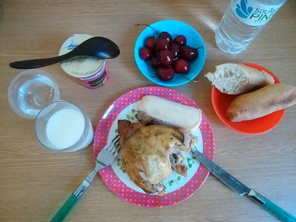 この日の夕食。鶏まるごと1羽は買いすぎだった。。