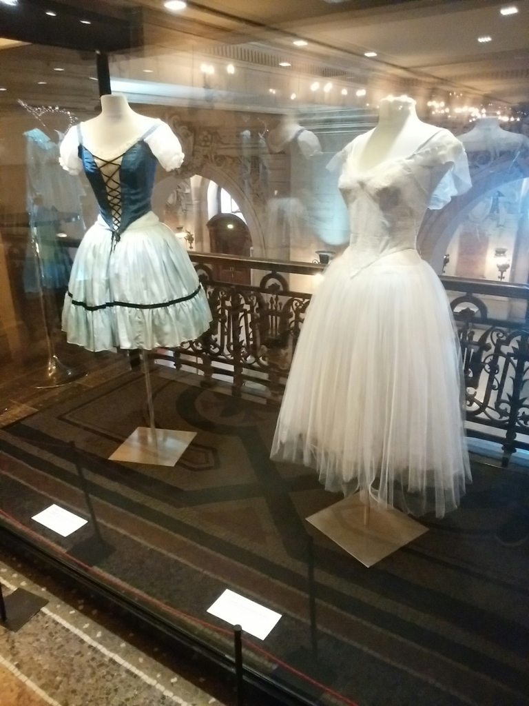歴代のエトワールダンサーが来たバレエ衣装。